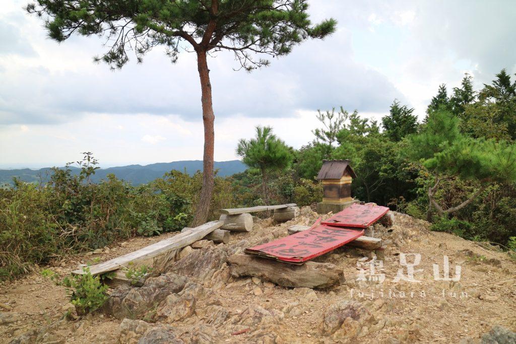 鶏足山の登山道 山頂